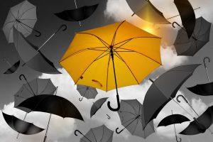 Un parapluie jaune qui se démarque au milieu du gris